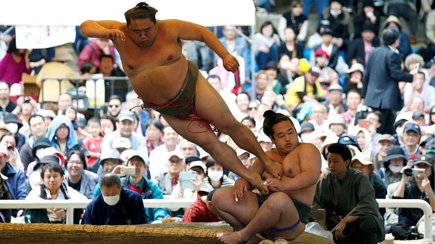 Japonya'da tartışmalar eşliğinde sumo güreşi gösterisi