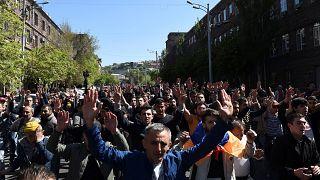 Ереван вышел на улицы против экс-президента Саргсяна