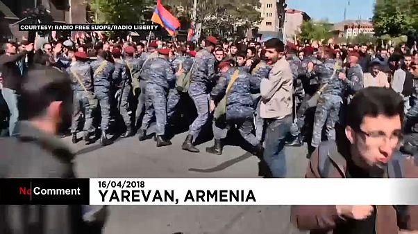 الآلاف يتظاهرون بأرمينيا احتجاجاً على تمسك الرئيس بالسلطة