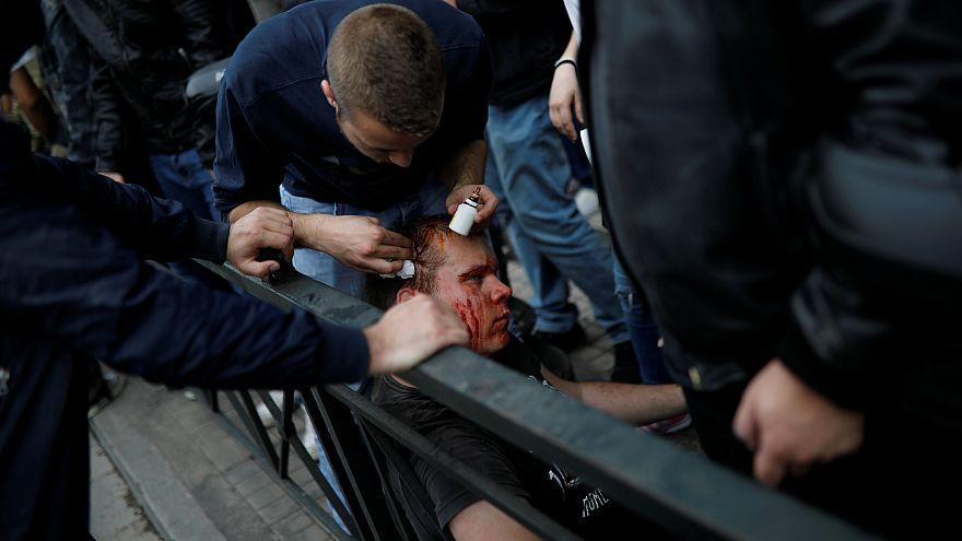 Junge Griechen attackieren Truman-Statue