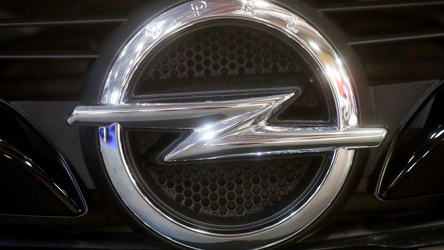Das Opel-Logo bei einer Autoshow in Riga