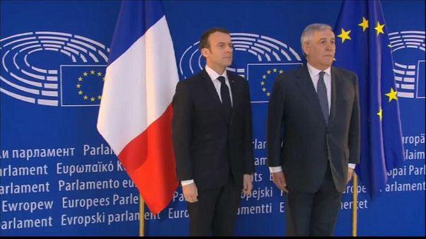 الرئيس الفرنسي إيمانويل ماكرون مع رئيس البرلمان الأوروبي