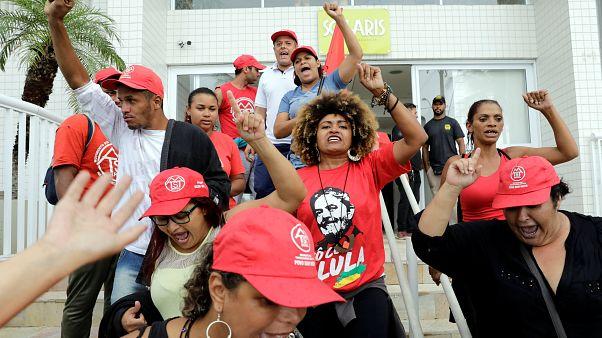 Ativistas a favor de Lula abandonam apartamento de Guarujá