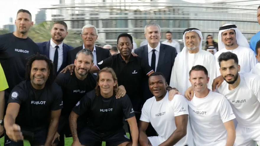 بيليه الأسطورة يشارك قدامي اللاعبين العالميين مباراة خيرية في دبي