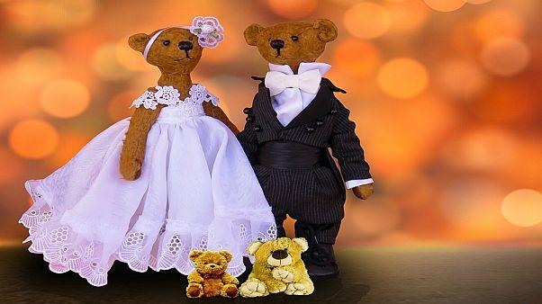 بريطانية تحتفل بزواج دميتيها بالأقصر