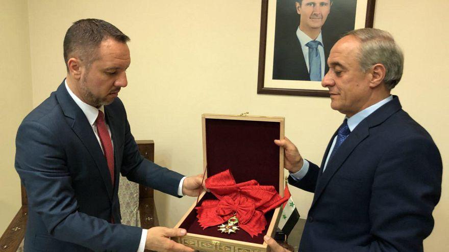 La légion d'honneur d'Assad remise à un représentant de la Roumanie