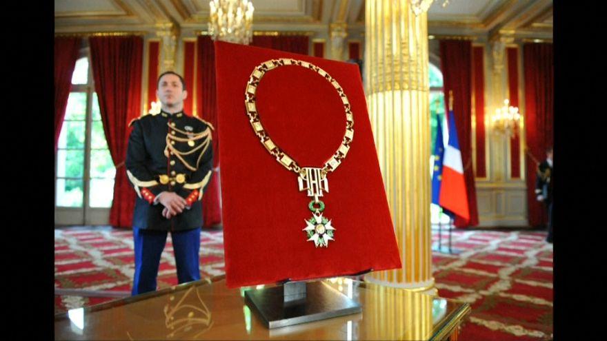 شاهد: إيمانويل ماكرون يأمر بسحب وسام جوقة الشرف من بشار الأسد