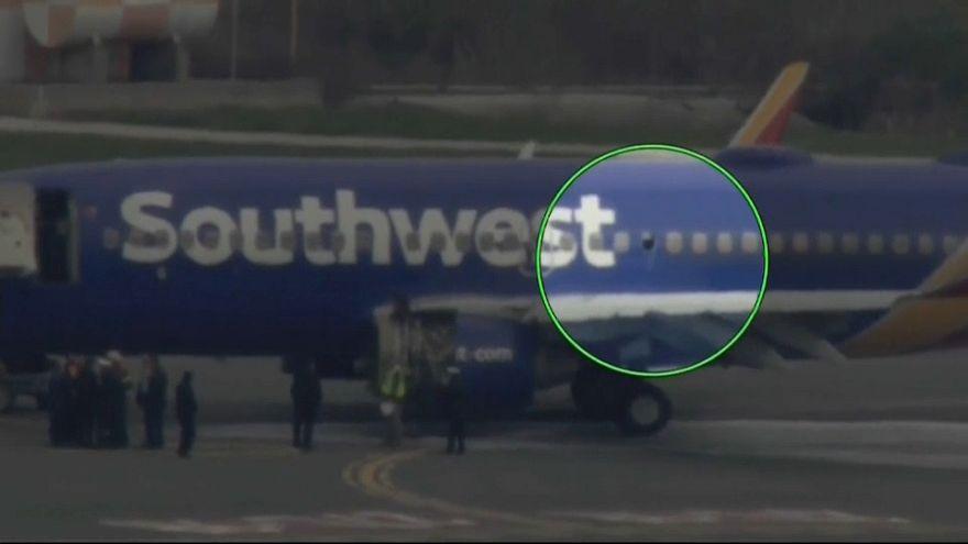 """Motore in fiamme su un volo 'Southwest', finestrino rotto: vittima donna """"parzialmente risucchiata"""""""