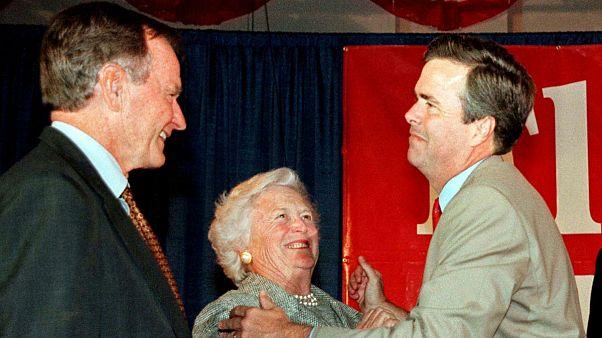 باربارا بوش همراه با همسر و فرزندش، دو رئیس جمهوری ایالات متحده آمریکا