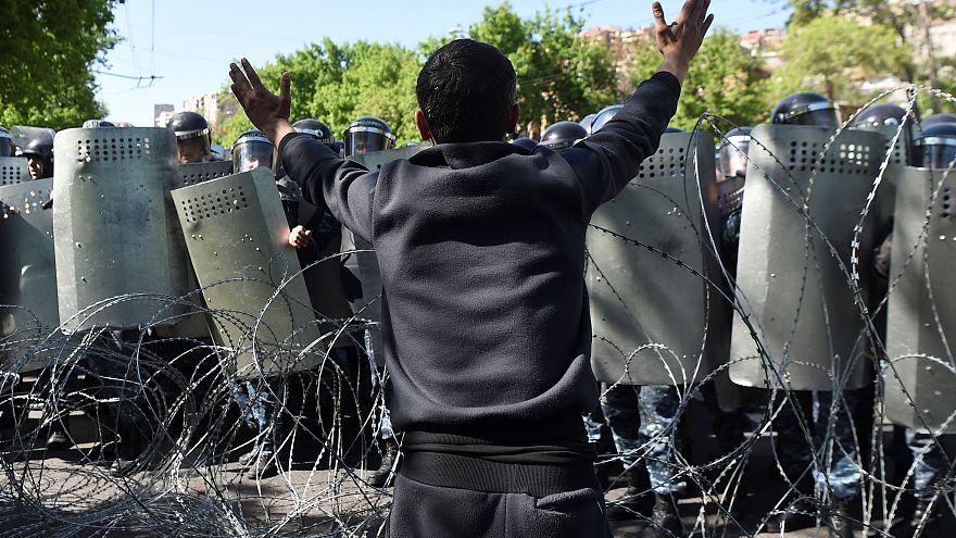 Arménie : la rue dénonce un coup de force de Sarkissian