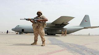 جندي يحرس طائرة عسكرية اماراتية بمطار عدن - أرشيف رويترز