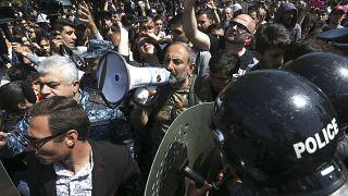 """Nikol Pashinyan von der Opposition ruft zum """"sanften Protest"""" auf."""