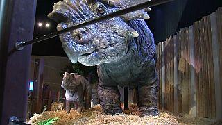 Ein Dinosaurier auf der Jurassic World Exhibition in Saint-Denis.