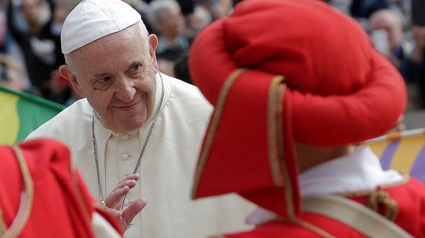 Papst Franziskus am Mittwoch zwischen Anhängern in traditioneller Kleidung.