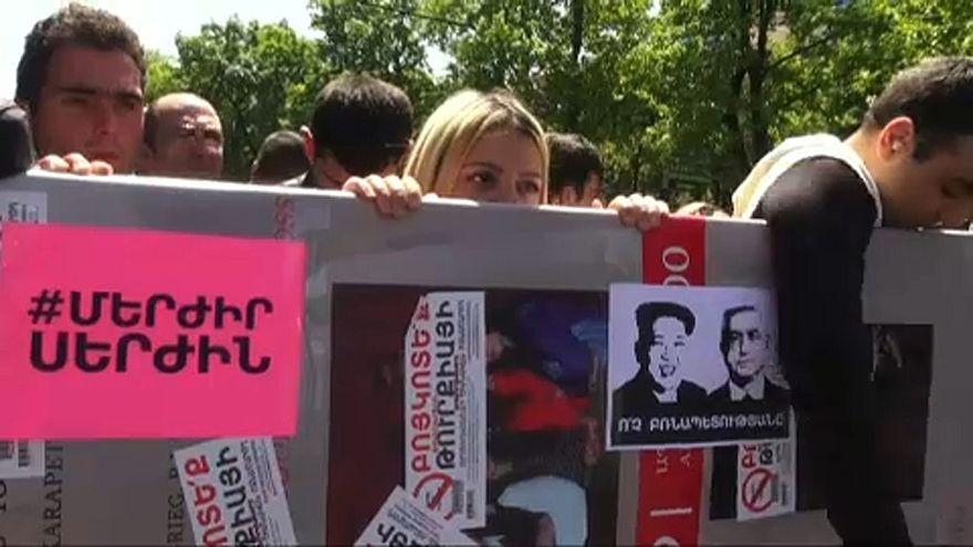Több tüntetőt letartóztattak Jerevánban