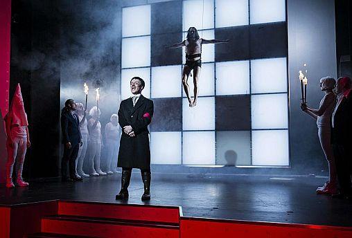 الادعاء الألماني لن يحقق مع مسرح شجع رواده على ارتداء الصليب المعقوف