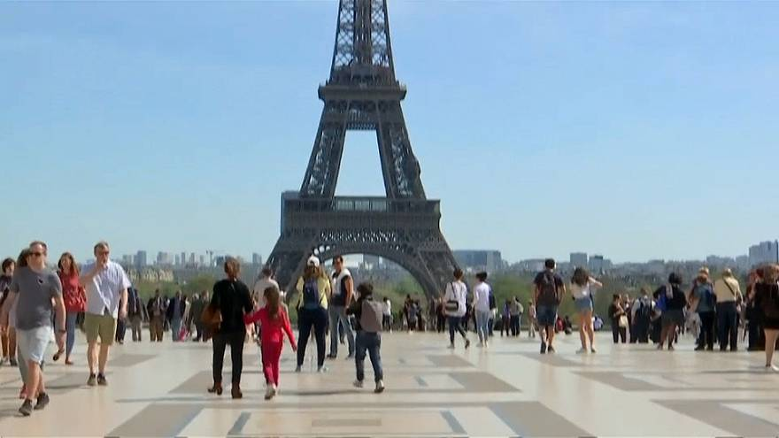 شاهد: سكان باريس يستمتعون بشمس صيفية مبكرة