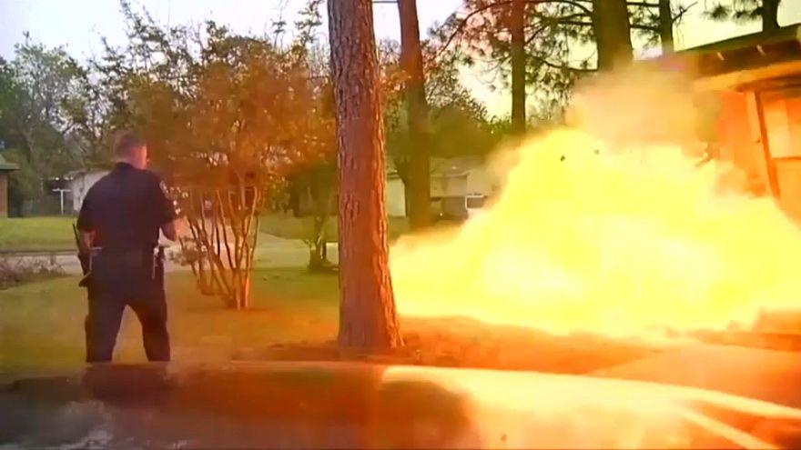 شاهد: انفجار منزل في وجه شرطي
