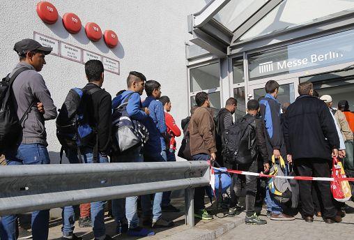 Migrants queue in Berlin (October 2015)