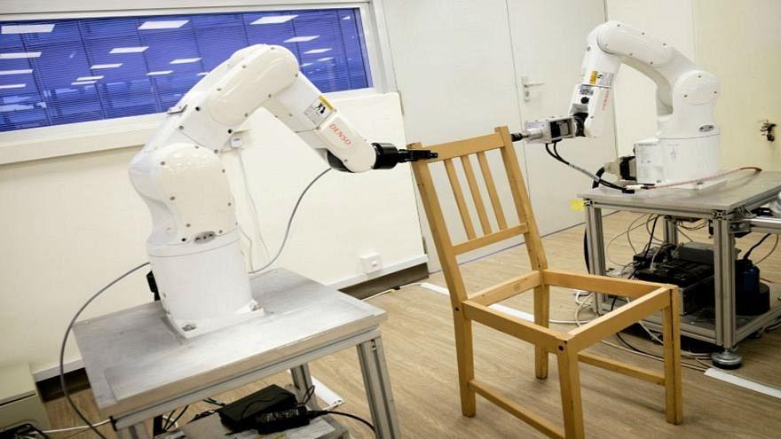 شاهد: كيف تقوم روبوتات إيكيا بتركيب كرسي في ثوان معدودة ؟