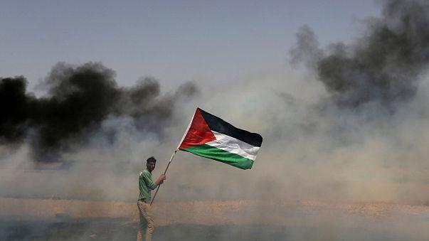 Un manifestant portant le drapeau palestinien