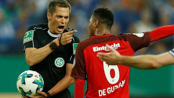 Az Eintracht Frankfurt egyik játékosa vitatkozik Robert Hartmann bíróval