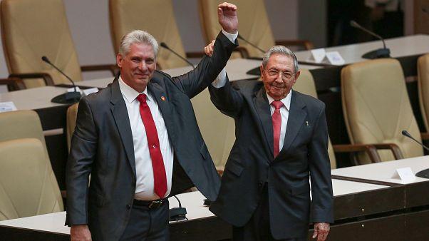 Miguel Diaz-Canel (bal) és Raúl Castro (jobb) a havannai nemzetgyűlésben