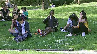 Pariser genießen das Wetter im Park.