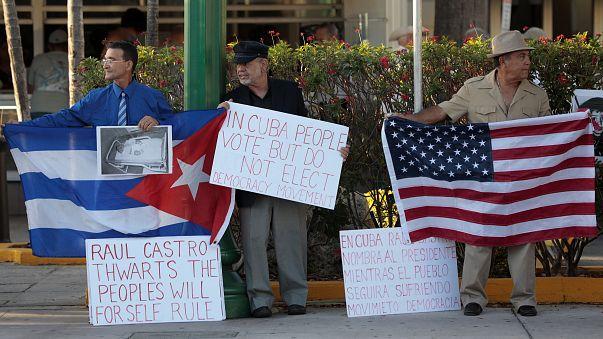 Cubanos protestam nas ruas de Little Havana, em Miami, EUA