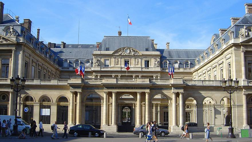 فرنسا تتراجع عن تجنيس سيدة جزائرية رفضت مصافحة مسؤول