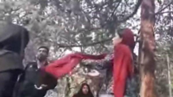 """امرأة تتعرض للضرب على يد الشرطة في إيران لأن """"حجابها غير كاف"""""""