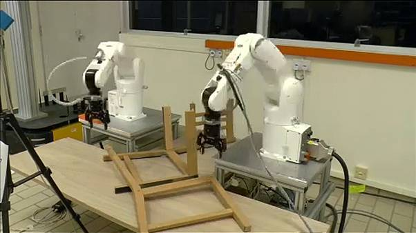 Útmutatóból szerel Ikea-bútort egy szingapúri robot