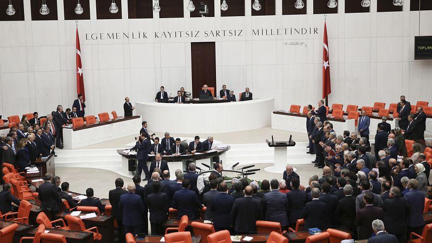 Türkiye'de seçim önergesi TBMM'den geçti