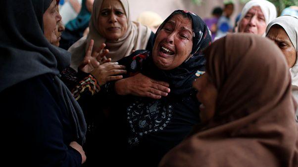 Родственники погибшего 24-летнего палестинца на похоронах