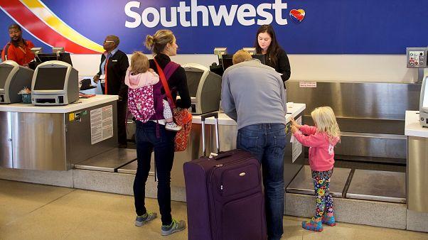 شيكات بقيمة 5000 دولار لركاب طائرة هبطت اضطراريا في أمريكا