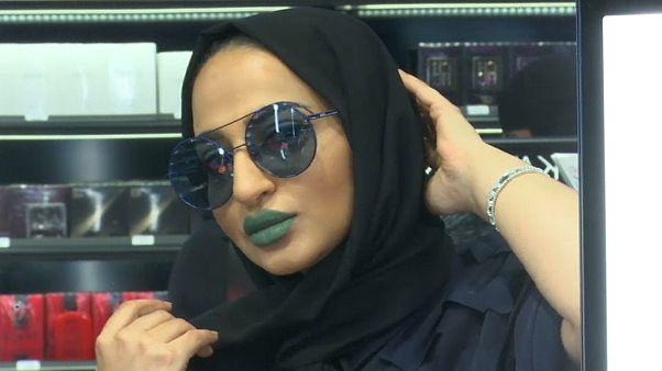 امرأة في متجر لبيع مستحضرات التجميل في السعودية