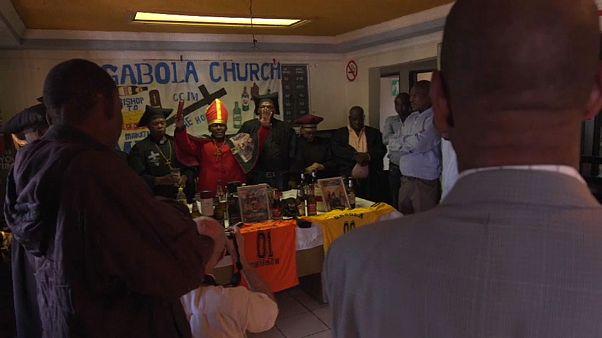 شاهد: أسقف كنيسة يبارك المصلين بشرب البيرة