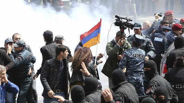 Armenian police disperse protesters against PM Serzh Sarksyan, 22/4/18