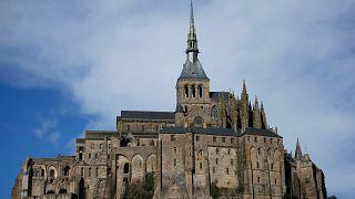 Французская полиция эвакуирует туристов из аббатства Мон-Сен-Мишель