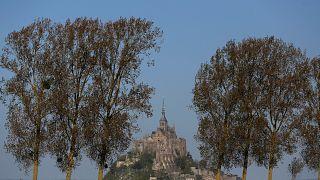 Terör saldırısı endişesiyle boşaltılan Mont-Saint-Michel yeniden ziyarete açıldı