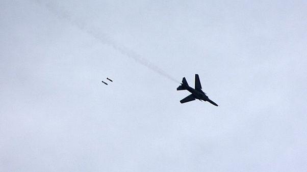 طائرة حربية تابعة للنظام السوري تقصف منطقة بالقرب من العاصمة دمشق