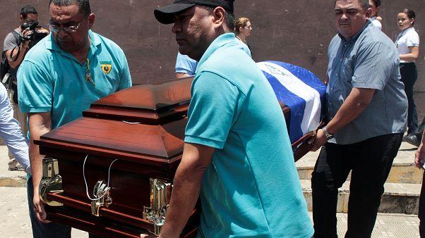 Mortos em protestos vão a enterrar