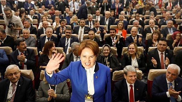 ميرال أفشنار زعيمة حزب الخير ووزيرة الداخلية السابقة في اجتماع لحزبها