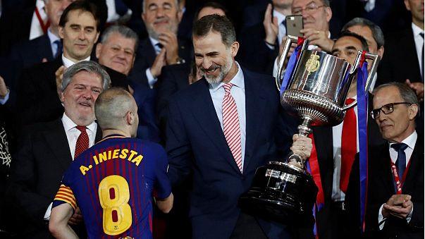 Capitão do Barcelona recebe do Rei Felipe VI a Taça de Espanha