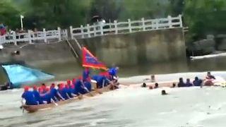 A felborult csónak segítségére érkező csónak is felborult