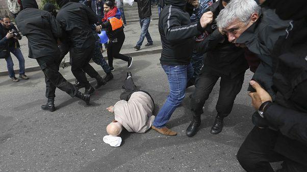 Protestos contra detenção de líder da oposição em Erevan