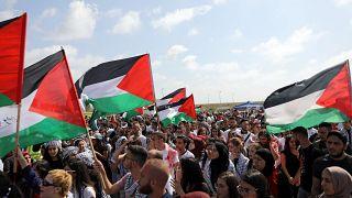 متظاهرون فلسطينيون يحيون ذكرى النكبة بالقرب من قرية عتليت