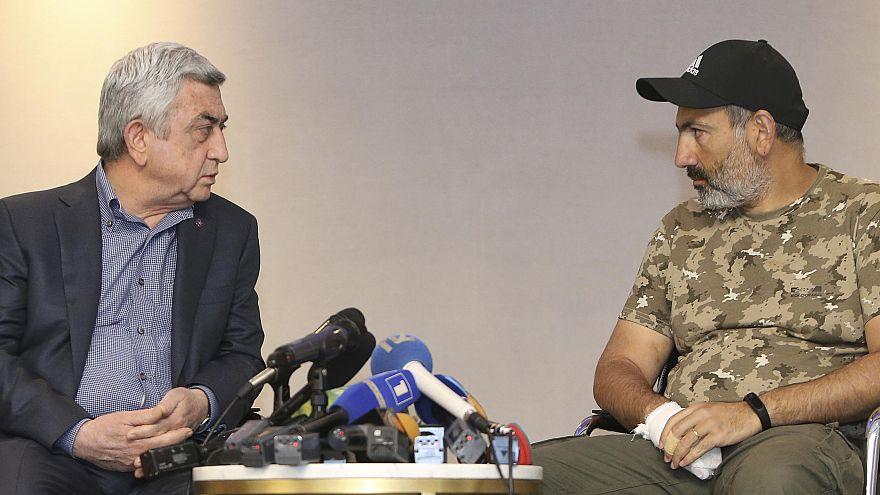 El primer ministro Sargsyan (izq) se encuentra con el opositor Pashinyan