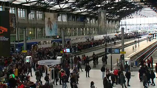 Újra sztrájkolnak a francia közlekedési dolgozók