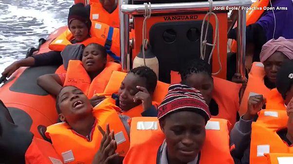 El canto de un grupo de mujeres tras ser rescatadas en el Mediterráneo